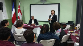 Alfonso Chase recibiendo de manos de la gerente de Editorial Costa Rica un reconocimiento por su trayectoria. (23/07/15)
