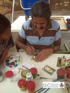 Artesano palmareño comparte con los asistentes a la actividad.