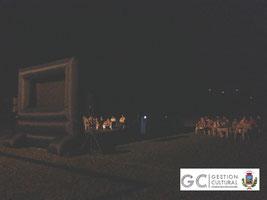 Cine al aire libre en la plaza de futbol de la comunidad.
