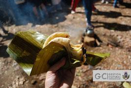 Tortilla palmeada con frijoles y torta de huevo envuelto en hoja de plátano.