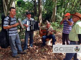 Músicos locales alegraron el ambiente en torno al delicioso desayuno campesino.