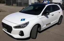 Autoprüfung mit dem Prüfungsauto Hyundai i30 leicht gemacht. Neuste Technik im Auto verpackt. Bei der Fahrschule Daniel Schär in Luzern fahren Sie mit dem Hyundai ohne Prüfungsangst zur Autoprüfung. Fahrlehrer Dani erklärt Ihnen die Autotechnik