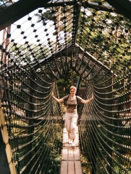 Delmenhorster Schriftstellerin Katy Buchholz auf einer Hängebrücke
