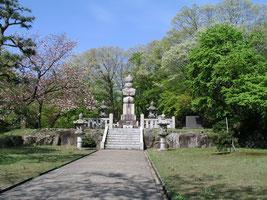 源平供養塔(富山県小矢部市) 源平の将兵を供養した。