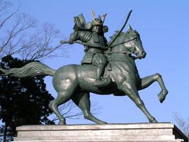 埴生八幡の義仲像(富山県小矢部市) 埴生八幡宮の木曽義仲騎馬像。