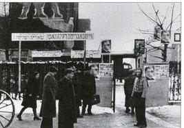 Figure 1-Porte du camp  tiré du livre du Dr  Lang