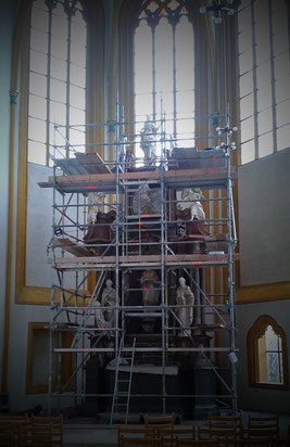 Nepomukaltar, evangelische Stadtkirche Fritzlar, während der Restaurierung von Beate Demolt und Silvia Behle