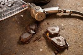 Unsere Bremsbeläge lassen sich zerbröckeln wie Kohle.