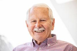 Senior souriant qui peut mieux vivre le grand âge et entretenir ses capacités cognitives et physiques une fois que ses réflexes archaïques ont bien été intégrés