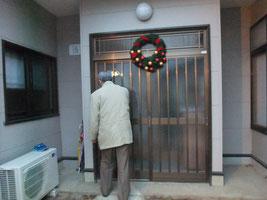 「家」の玄関(後ろ姿は園長の神戸先生)