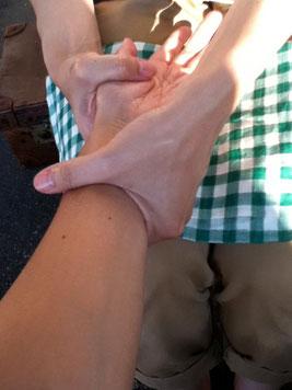 温かな手に包まれてホッとする