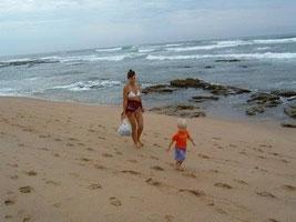 Herta am Strand , mit (grosser Begleitung)