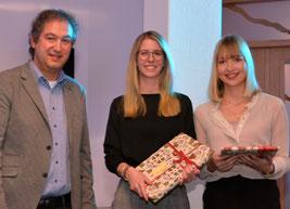 Stefan Ulrichs überreichte Laura Bünting und Mareike Natelberg (v.l.) Buchpräsente für herausragende Leistungen. Foto: Krause