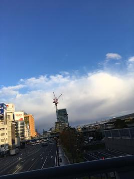 これは名古屋からの帰宅する途中の空。雲が雪雲っぽくなってきた!スタッドレスタイヤ、まだはいてない・・・汗