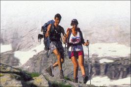 Due escursionisti con i bastoncini