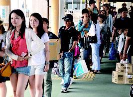 離島行きの船を待つ観光客ら=29日、離島ターミナル