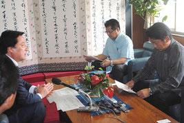 11月26日、市役所で中山市長に陸自配備を正式打診する若宮防衛副大臣(左)