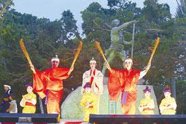 黒石高子舞踊研究所による「オヤケ赤蜂南の勇者」=16日午後、大浜崎原道路