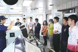オープンキャンパスで船内案内を受ける高校生ら=14日午後、那覇新港