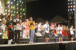 フィナーレは全員がステージに上がり、ビギやま商店の「おかえり南ぬ島」を歌った=21日夜、南ぬ浜町特設会場