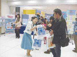 「サンゴの日記念 沖縄まつり」での観光PR=5日、東京都豊島区