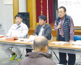 住民説明会で、竹富島の温泉開発計画を発表する黒潮観光の上間代表取締役(右端)ら=18日夜、まちなみ館