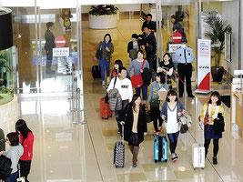 八重山を訪れる観光客は2年連続で110万人を突破した=2014年、石垣空港(資料写真)