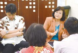 大田教育長らが幼稚園教諭などの人材確保について説明した=14日、竹富町役場