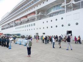 多数の中国人観光客を乗せ石垣港に寄港した「コスタビクトリア号」(7日)