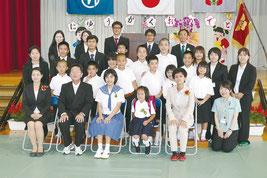 記念撮影する黒島校児童生徒、教職員=7日午後、黒島小中学校