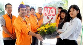 八重農の生徒が育てた花の苗を寄付した=20日午前、市役所前