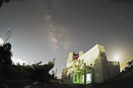 東京書籍の教科書に掲載された天文台の画像(石垣島天文台提供)