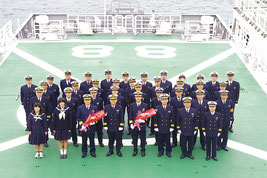 入港式後、記念撮影する巡視船「とかしき」職員ら(石垣海上保安部提供)=17日午後