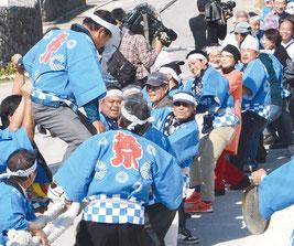 旧正月行事の大綱引きが行われ、島民が2つに分かれ力で勝負した=8日、黒島伝統芸能館前