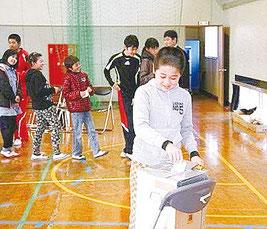 大分県選挙管理委員会では小中学生を対象に「マニフェスト選挙ゲーム」を行い、どのようなまちを作りたいか話し合って投票した(総務省資料)