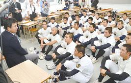 仲里監督と選手が今後の目指す場所について語り合った=29日、八重山高校