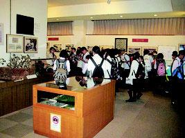 今年4月、八重山平和祈念館を訪れた県外の修学旅行生(資料写真)