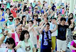 約1400人が鳩間島に上陸。身体を動かし音楽を楽しんだ=3日、鳩間島野外ステージ