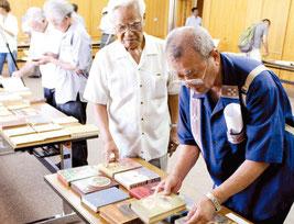 来月6日から伊波南哲の関係資料が市立図書館で展示される(写真は昨年9月の資料寄贈式)