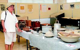 鍋やアイロンを見て、昔を懐かしむ米盛さん=28日、同館