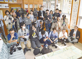 八重山高校の校長室に23社50人の報道陣が殺到した=29日、八重山高校