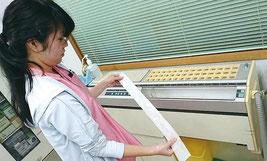 薬剤の調合を担当している看護師の新地麻理香さんは「分包機が正常に作動しないことが増えてきた」と早急な買い換えを訴えた=7日、竹富診療所