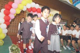 真喜良小学校で入学式が行われた。=8日午前、同校体育館