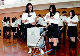 八重山商工高校で模擬投票が行われた=6日、同校体育館