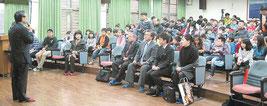 今月19日、宜蘭県岳明小を訪れ、学校側から説明を聞くYVBメンバーら(YVB提供)