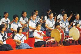 各学校選抜の「鷲ぬ鳥節」「デンサー節」で幕開けした八重山地区中学校総合文化祭の舞台=14日午前、市民会館大ホール