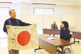 高校生平和ガイド養成講座で佐久川勲氏が講話した=25日、八重山平和祈念館