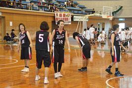 一般女子で3連覇を達成したにぃーけーや=13日、石垣市総合体育館