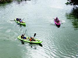 後良川でカヌー体験を楽しむ子どもたち(提供写真)