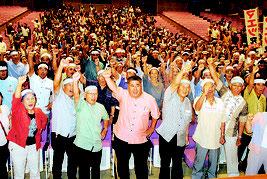 前津氏の必勝を期してガンバロー三唱する支持者=25日夜、市民会館大ホール